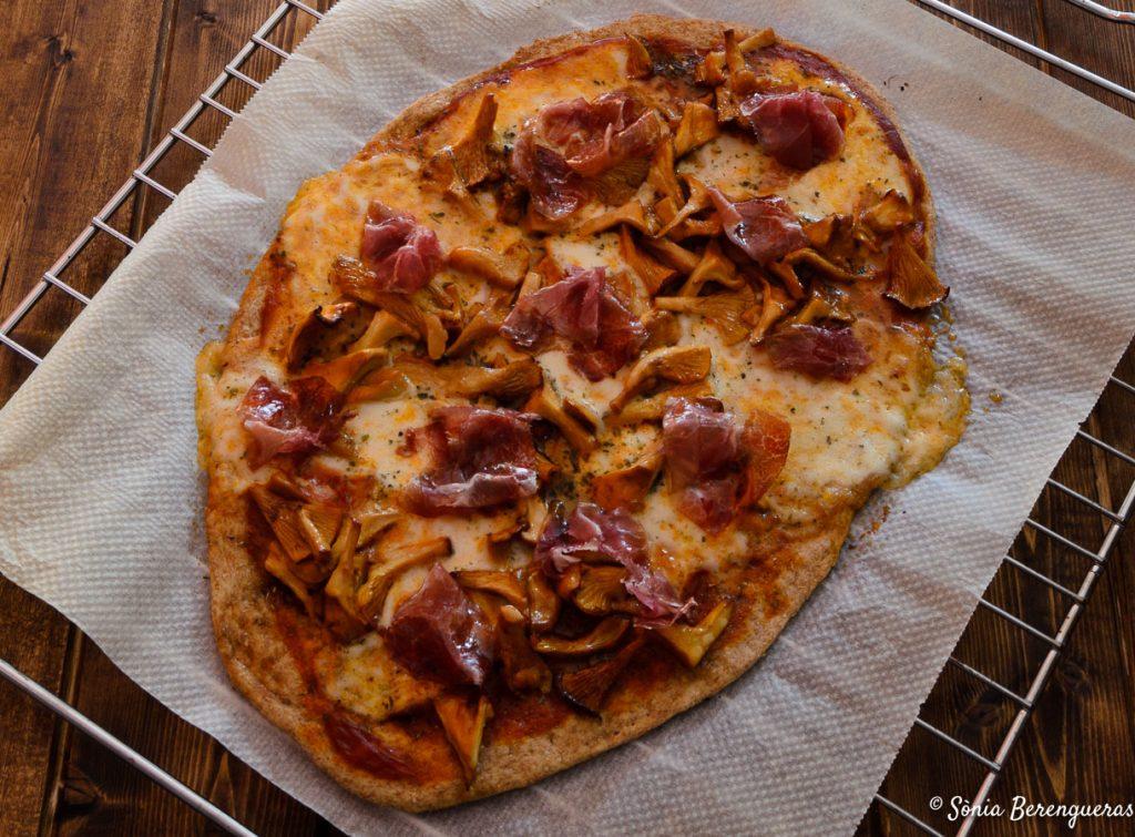 Pizza rossinyols i pernil destacada