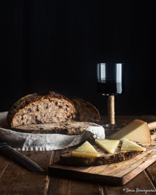 Pa de nous i panses, formatge, un bon vi, i ja tenim llest el sopar d'avui 😜 🖤🖤🖤  Pan de nueces y pasas, queso, un buen vino; y ya tenemos la cena de hoy 😜 🖤🖤🖤  Nut-raisin bread, cheese, a good wine; and we already have dinner today 😜 🖤🖤🖤  #pavisucre #food #foodie #foodphotography #foodstagram #foodstylist #foodstyling #bread #sourdough #sourdoughbread #panarra #igers #instagramers #instafood #simplicity #dinner #onmytable #still_life_gallery #hautecuisines #f52bread #instabread