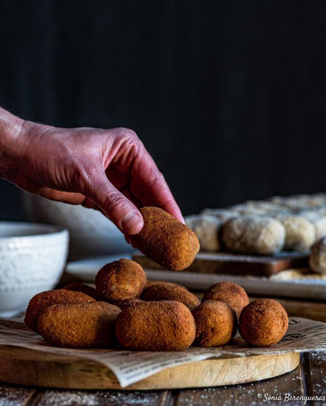 Bon dia! Croquetes de galtes de porc rostides, n'agafes una? ▪️▪️▪️  Buenos días! Croquetas de carrilleras de cerdo asadas, ¿coges una? ▪️▪️▪️  Good Morning! Roasted pork cheek croquettes, do you want one? ▪️▪️▪️  #pavisucre #croquetes #croquetas #croquetascaseras #food #foodie #foodporn #foodphotography #foodstagram #foodstyling #foodstylist #igers #instafood #instagramers #igerscatalunya #hautecuisines #onmytable