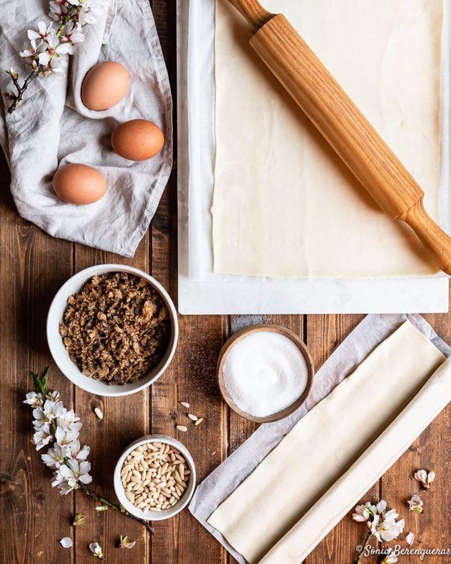 Bon dia! S'acosta dijous gras; dia de la truita, de la botifarra d'ou i de la coca de llardons!  Jo ja ho tinc tot a punt! Llardons 🔝🔝🔝 de @calamalia_rosas  ▪️▪️▪️  #pavisucre #food #foodphotography #foodstagram #foodstyling #foodstylist #cocadellardons #dijousgras #tradicions #catalunyaexperience #descobreixcatalunya #somgastronomia #igers #instafood #igerscatalunya #hautecuisines #still_life_gallery #foodporn