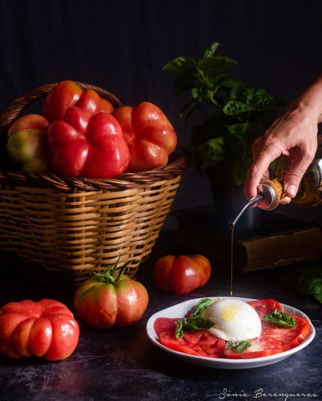 Bon dia! Si l'hort et dóna tomàquets… tomàquets per esmorzar, dinar, berenar i sopar 😅 ▪️▪️▪️  #pavisucre #food #foodie #foodphotography #foodstylist #foodstyling #foodfluffer #tomaquet #tomate #tomatoes #salad #healthyfood #healthy #km0 #productedeproximitat #seasonalfood #hautecuisines #beautifulcuisines #still_life_gallery #igers #instafood #descobreixcatalunya #catalunyaexperience #cuina #onmytable